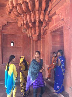 Gadis-gadis India dengan saree mereka yang warna warni (Fatehpur Sikri).